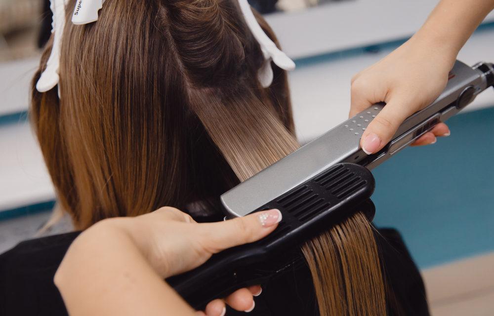 Comment lisser vos cheveux bouclés en toute sécurité